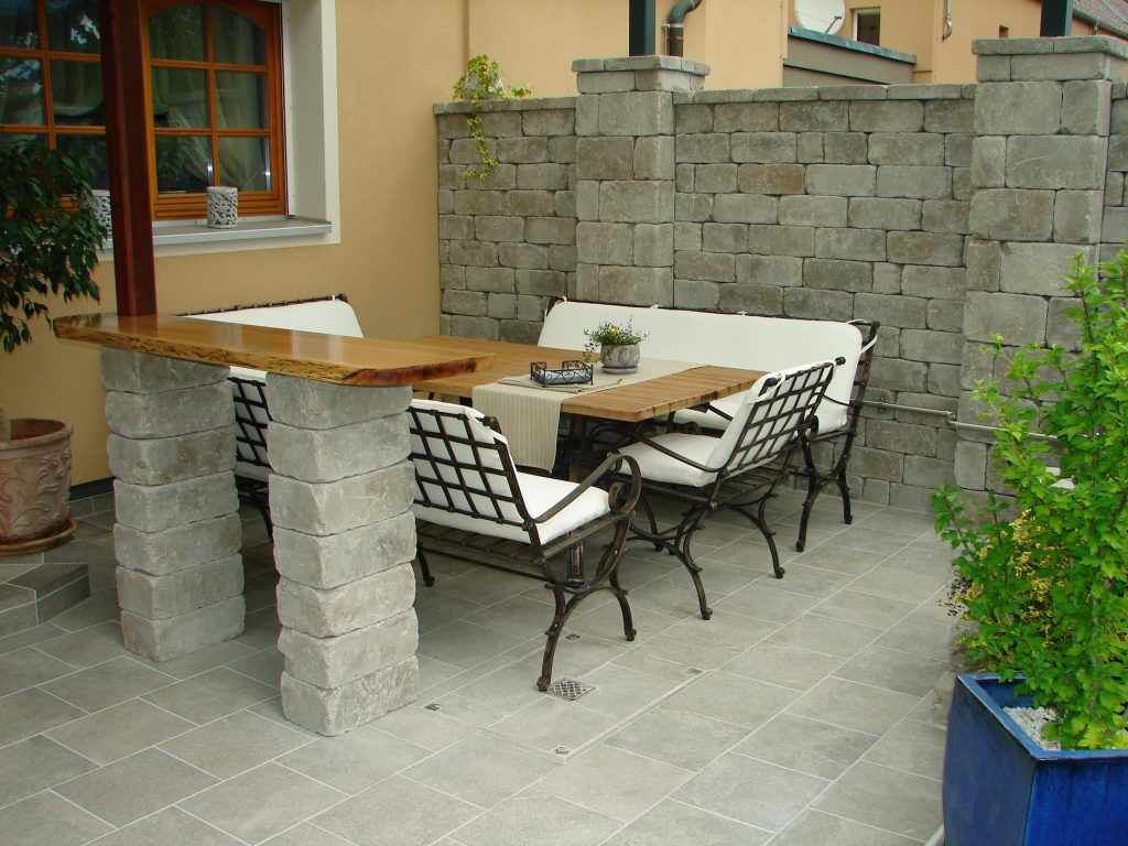 Terrasse-mit Steinmauer-und Kellerstufe-1