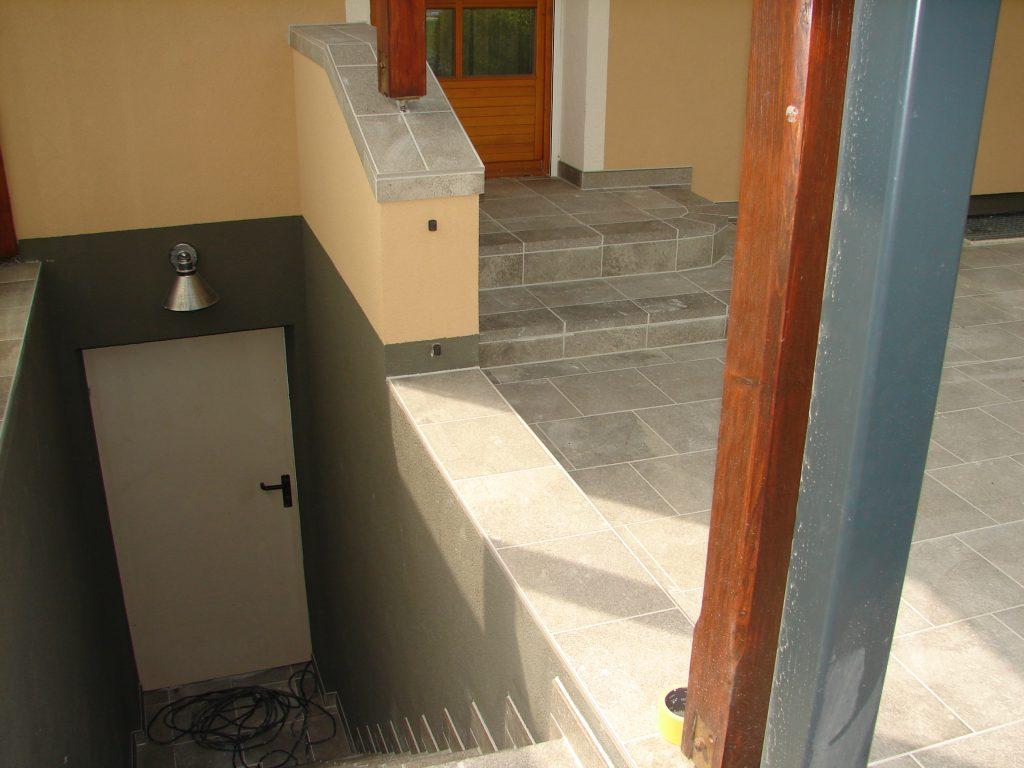 Terrasse-mit Steinmauer-und Kellerstufe-2