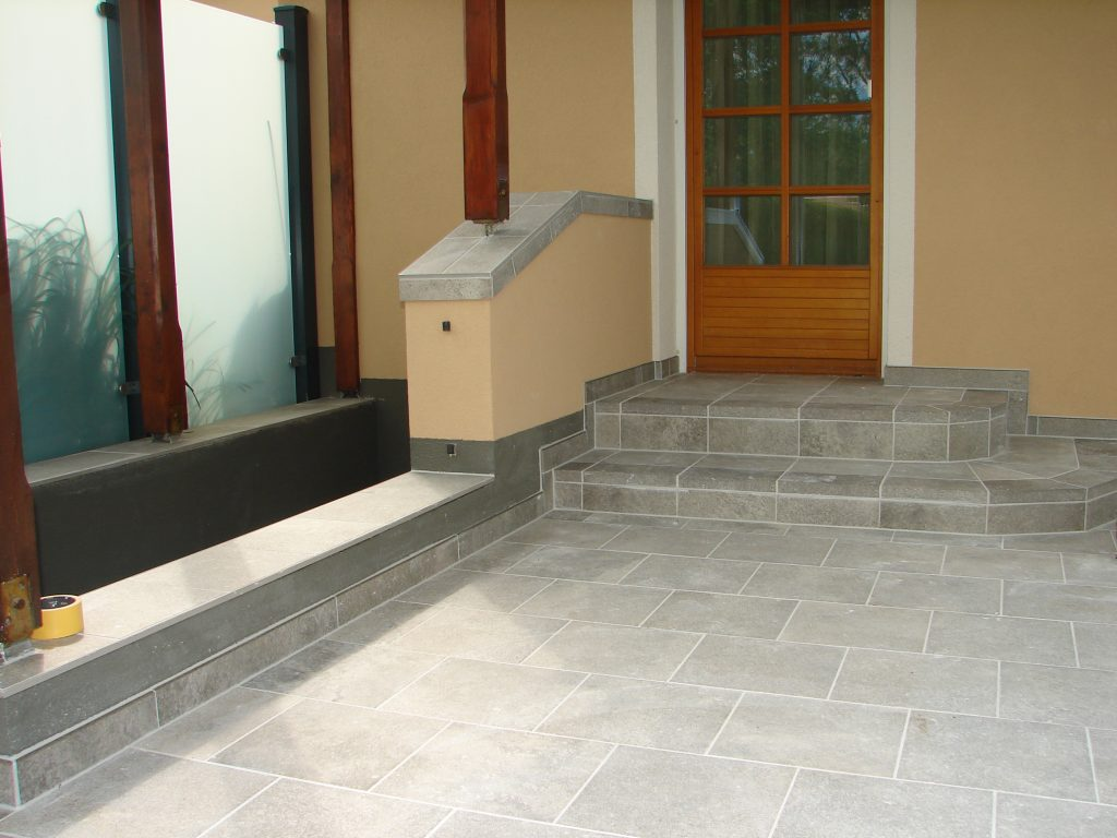 Terrasse-mit Steinmauer-und Kellerstufe-4