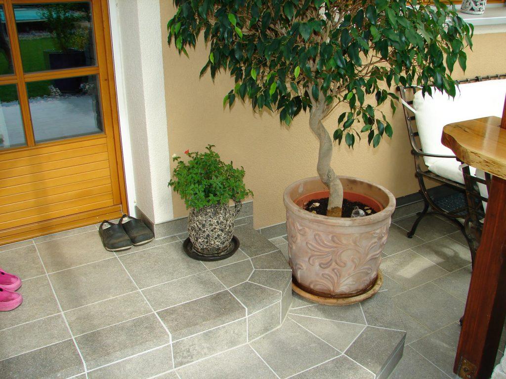 Terrasse-mit Steinmauer-und Kellerstufe-7
